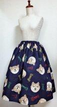 画像1: ハンドメイドギャザースカート【柴犬柄・紺系・66cm丈】  (1)